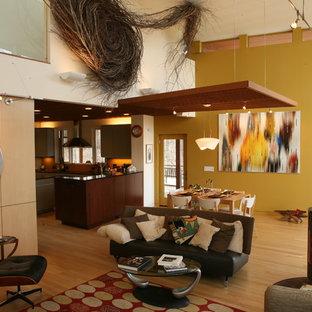 Idee per un grande soggiorno minimalista aperto con parquet chiaro e stufa a legna