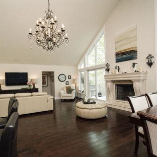 他の地域の小さいトラディショナルスタイルのおしゃれなLDK (フォーマル、濃色無垢フローリング、標準型暖炉、白い壁、石材の暖炉まわり、茶色い床) の写真