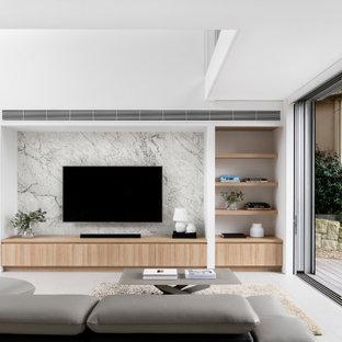 Пример оригинального дизайна: большая открытая гостиная комната в современном стиле с белыми стенами, полом из керамической плитки, телевизором на стене и серым полом