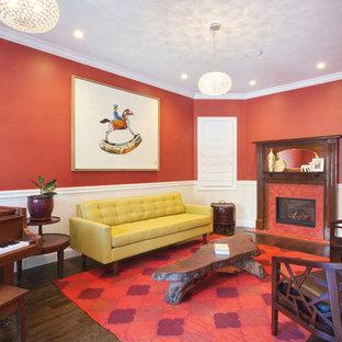 Ispirazione per un soggiorno tradizionale chiuso con sala della musica, pareti rosse, parquet scuro, camino lineare Ribbon, cornice del camino piastrellata e nessuna TV