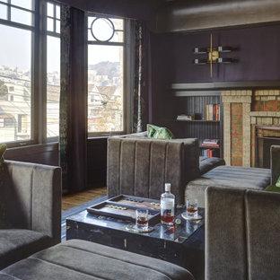 Idee per un soggiorno minimalista aperto con sala formale, pareti viola, pavimento in legno massello medio, camino classico, cornice del camino in mattoni e pavimento beige