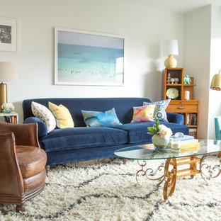 Foto de salón tipo loft, retro, pequeño, sin chimenea, con paredes blancas y suelo de madera clara
