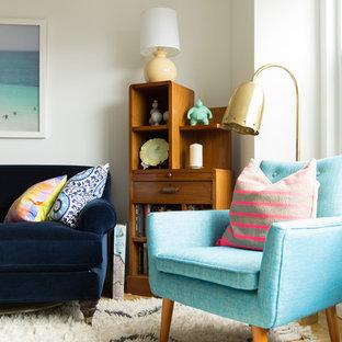 Foto di un piccolo soggiorno minimalista stile loft con pareti bianche, parquet chiaro e nessun camino
