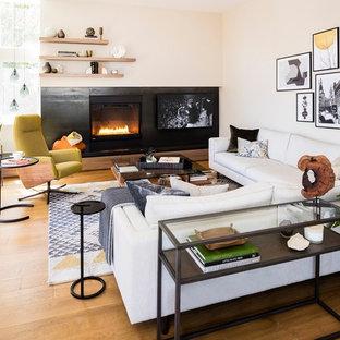 シアトルの中サイズのエクレクティックスタイルのおしゃれなLDK (フォーマル、ベージュの壁、無垢フローリング、標準型暖炉、コンクリートの暖炉まわり、テレビなし、ベージュの床) の写真
