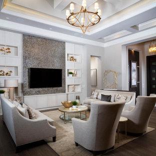 Diseño de salón cerrado, tradicional renovado, grande, sin chimenea, con paredes grises, pared multimedia, suelo de madera oscura y suelo marrón