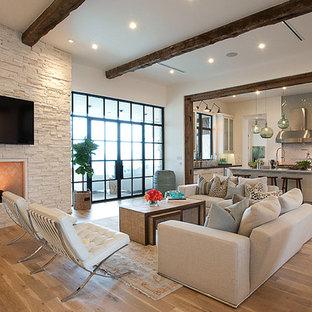 Idées déco pour un salon classique ouvert avec un téléviseur fixé au mur et un sol beige.