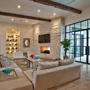 Пример оригинального дизайна: гостиная комната в стиле современная классика с белыми стенами, паркетным полом среднего тона, угловым камином и телевизором на стене