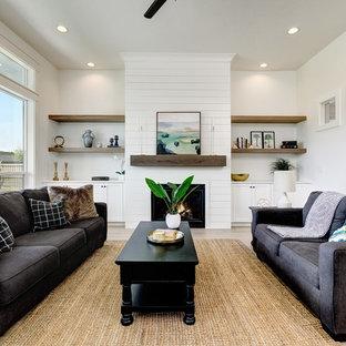 ボイシのトランジショナルスタイルのおしゃれなリビング (フォーマル、白い壁、淡色無垢フローリング、標準型暖炉、テレビなし) の写真
