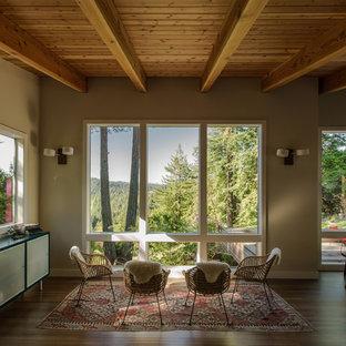 Idee per un soggiorno stile rurale aperto con pareti beige, parquet scuro, nessuna TV e nessun camino