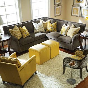 Imagen de salón para visitas abierto, tradicional renovado, de tamaño medio, sin chimenea y televisor, con paredes amarillas, suelo de madera oscura y suelo marrón