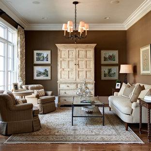 Modelo de salón para visitas tradicional, sin chimenea, con paredes marrones, suelo de madera en tonos medios y suelo marrón