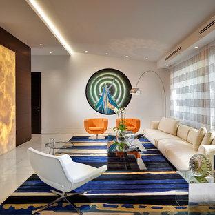 Diseño de salón abierto, contemporáneo, con paredes blancas, chimenea de doble cara y marco de chimenea de piedra