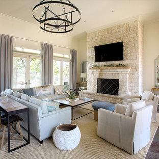 Exempel på ett mellanstort klassiskt separat vardagsrum, med beige väggar, en standard öppen spis, en spiselkrans i sten, en väggmonterad TV, ett finrum och skiffergolv
