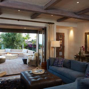 Inspiration för ett mellanstort maritimt allrum med öppen planlösning, med beige väggar, klinkergolv i terrakotta och orange golv