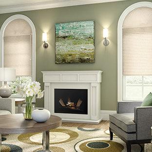 Ispirazione per un soggiorno tradizionale di medie dimensioni e chiuso con sala formale, pareti verdi, pavimento in legno massello medio, camino classico, cornice del camino in legno e nessuna TV