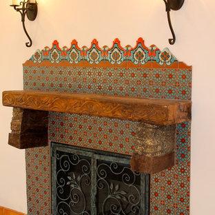 サンディエゴの小さい地中海スタイルのおしゃれなLDK (フォーマル、白い壁、標準型暖炉、タイルの暖炉まわり、テレビなし) の写真