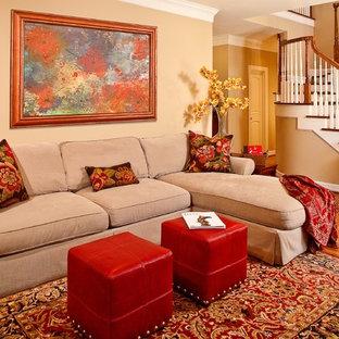 Foto di un soggiorno tradizionale di medie dimensioni e aperto con pareti beige, pavimento in legno massello medio, TV nascosta, nessun camino e pavimento marrone
