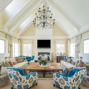 Bild på ett stort vintage vardagsrum, med ett finrum, beige väggar, heltäckningsmatta, en standard öppen spis, en spiselkrans i metall, en väggmonterad TV och beiget golv