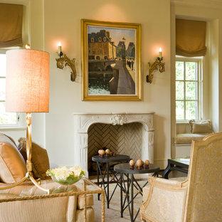 Diseño de salón para visitas tradicional, sin televisor, con paredes beige, chimenea tradicional y marco de chimenea de piedra