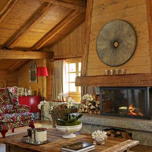 Idée de décoration pour un grand salon chalet fermé avec une cheminée standard, une salle de réception, un mur marron, un sol en bois clair et aucun téléviseur.