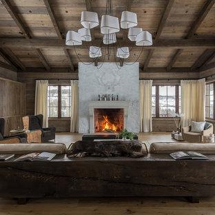 Diseño de salón rural con paredes marrones, suelo de madera clara, chimenea tradicional y suelo beige