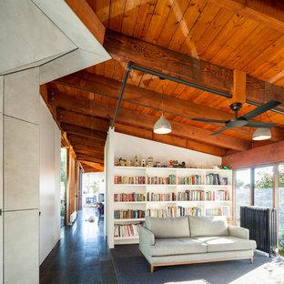 Ispirazione per un grande soggiorno minimal aperto con libreria, pareti bianche, pavimento con piastrelle in ceramica e nessuna TV