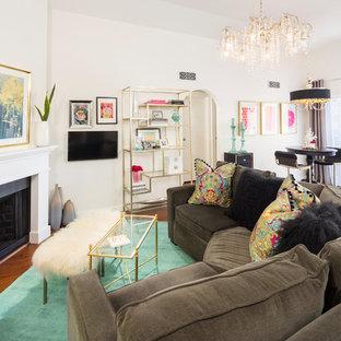 Ispirazione per un piccolo soggiorno tradizionale chiuso con pareti bianche, pavimento in legno massello medio, camino ad angolo, cornice del camino in legno e TV a parete