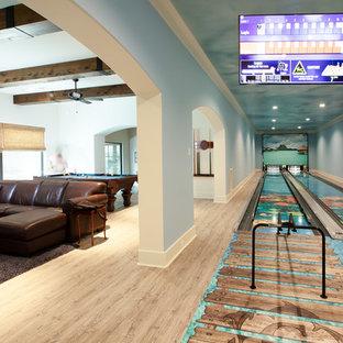 ヒューストンの大きいビーチスタイルのおしゃれなLDK (青い壁、淡色無垢フローリング、マルチカラーの床) の写真
