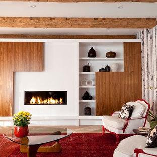 Foto de salón para visitas abierto, contemporáneo, grande, sin televisor, con paredes blancas, suelo de madera clara y chimenea lineal