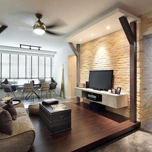 Bild på ett litet funkis separat vardagsrum, med ett finrum, flerfärgade väggar, mörkt trägolv, en fristående TV och brunt golv