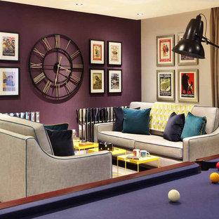 Foto de salón cerrado, contemporáneo, de tamaño medio, con paredes púrpuras