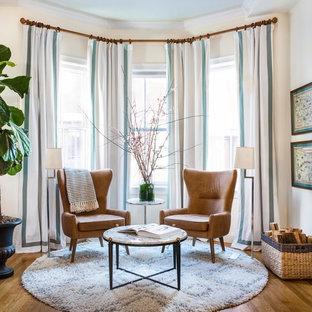 Foto de salón cerrado, tradicional renovado, de tamaño medio, sin televisor, con paredes blancas, suelo de madera en tonos medios, chimenea tradicional, suelo marrón y marco de chimenea de hormigón