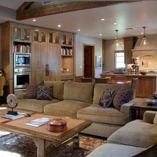 Diseño de salón abierto, clásico, con suelo de travertino y chimenea tradicional