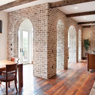 チャールストンのトラディショナルスタイルのおしゃれなリビング (標準型暖炉、レンガの暖炉まわり) の写真
