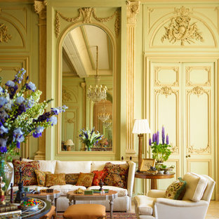 Cette image montre un grand salon traditionnel fermé avec une salle de réception, un mur vert, aucune cheminée et aucun téléviseur.
