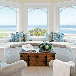 Idee per un soggiorno costiero di medie dimensioni e chiuso con sala formale, pareti gialle, moquette, nessun camino, nessuna TV e pavimento beige