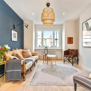 Esempio di un soggiorno eclettico di medie dimensioni con pareti blu e parquet chiaro