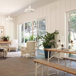 Modelo de salón para visitas abierto, de estilo de casa de campo, pequeño, sin televisor y chimenea, con suelo de cemento, paredes blancas y suelo gris