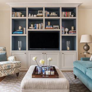 Idéer för ett klassiskt vardagsrum, med beige väggar, ljust trägolv och en inbyggd mediavägg