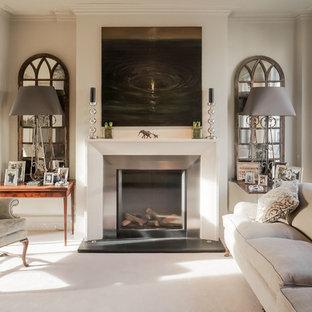 Immagine di un soggiorno tradizionale di medie dimensioni con sala formale, pareti beige, camino classico, nessuna TV, cornice del camino in metallo e moquette