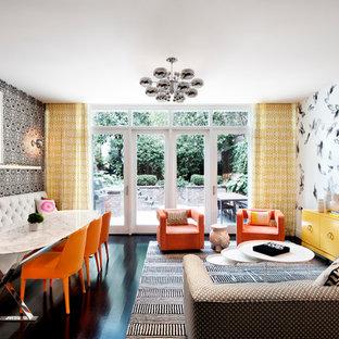 Inspiration pour un salon vintage ouvert avec un mur multicolore, une salle de réception, un sol en bois foncé et un téléviseur fixé au mur.
