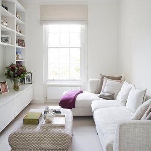 Abgetrenntes Modernes Wohnzimmer mit weißer Wandfarbe und Teppichboden in London