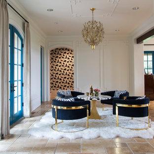 Eklektisk inredning av ett allrum med öppen planlösning, med vita väggar och beiget golv
