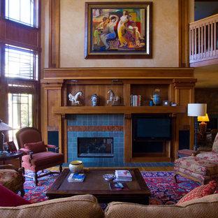Foto di un grande soggiorno stile americano aperto con pareti beige, pavimento in legno massello medio, camino classico, cornice del camino piastrellata e TV nascosta