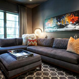 Foto på ett funkis vardagsrum, med svarta väggar och ljust trägolv