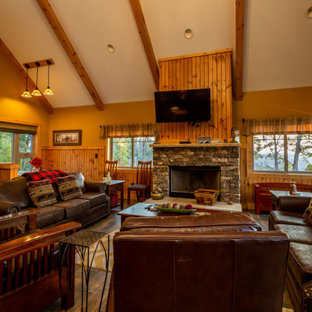 Immagine di un soggiorno stile rurale di medie dimensioni e aperto con pareti gialle, pavimento in vinile, camino classico, TV a parete e pavimento marrone