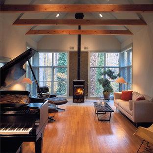 Inspiration pour un salon chalet avec un mur blanc et un poêle à bois.