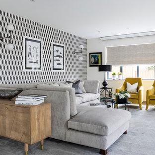 チェシャーの大きいトランジショナルスタイルのおしゃれなLDK (フォーマル、カーペット敷き、グレーの床、マルチカラーの壁) の写真