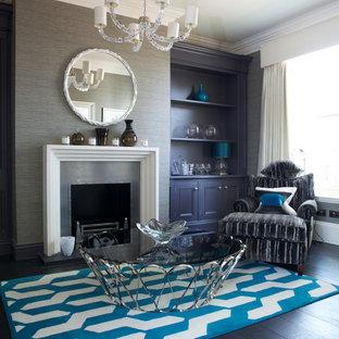Immagine di un soggiorno chic con pareti grigie, parquet scuro, camino classico, cornice del camino in metallo e pavimento nero