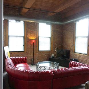 シカゴの中サイズのトラディショナルスタイルのおしゃれなLDK (マルチカラーの壁、カーペット敷き、暖炉なし、据え置き型テレビ) の写真
